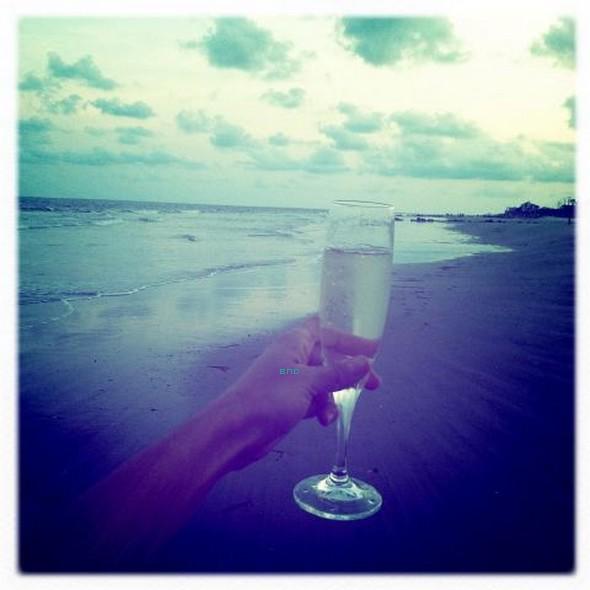 """* Nina a posté cette photo avec comme commentaire """"Girls weekend!!!!"""" que l'on peut traduire par """"Week-end entre filles"""". Elle a profité de ce week-end entre filles avec Candice Accola qui a, elle aussi, posté une photo sur twitter avec comme commentaire """"Life's a beach... Happy 3 day weekend all!"""" que l'on peut trad uire par """"La vie est une plage... Bon week-end de 3 jours à tous"""".*"""