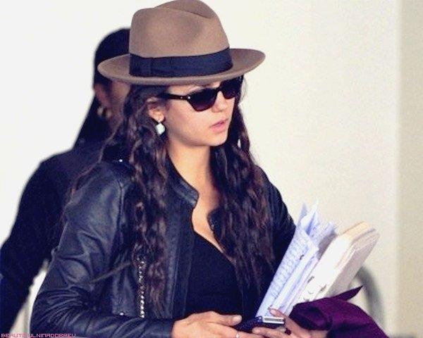 * Ce 24 février 2012, Nina a été aperçue à l'aéroport de LAX, sans son hot boyfriend Ian Som., un script à la main.   Elle se rendrait apparemment à L.A. pour les Oscars qui auront lieu très bientôt. Tenue très rock, j'adore :) ! ! *