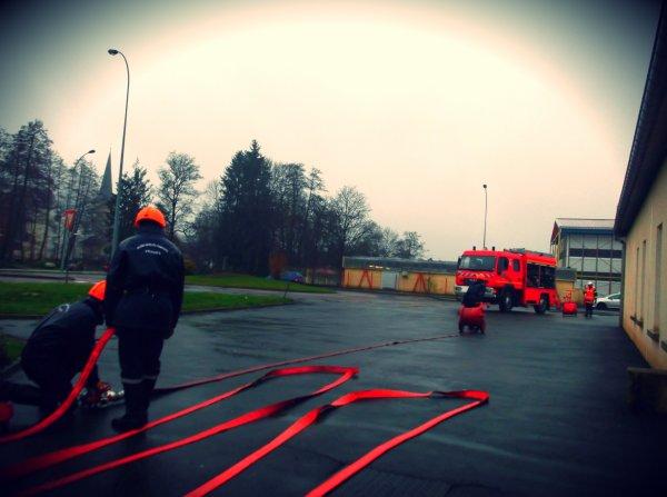 Images d'une de nos manoeuvres ~ M3 : Etablissement de 2lances sur une prise d'eau .