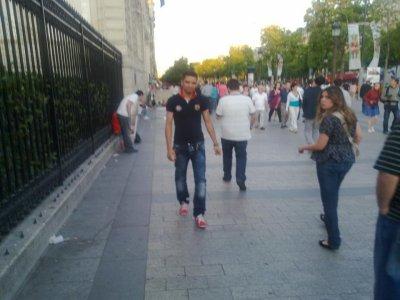 moi a la ville de paris une filles françaisase et regarde moi pour photo avec lui