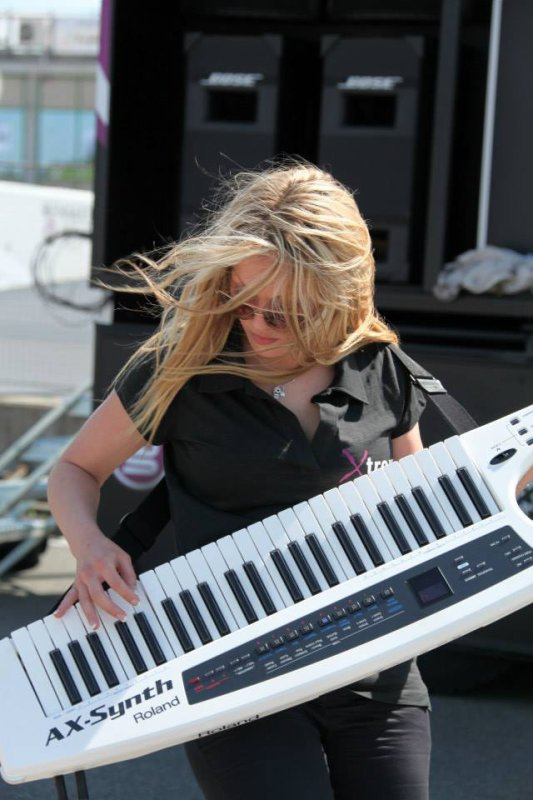 Miss Shine show keytar