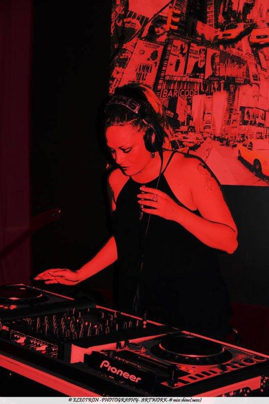 Miss Shine séance dédicae Album & Interview @ Planète Disques (Lyon)