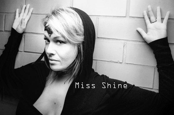 UN MAX D' ECOUTES POUR MISS SHINE SUR DEEZER !  MERCI  : )