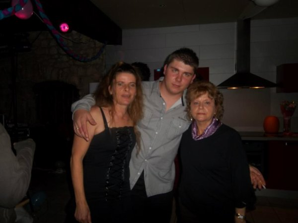 moi et  ma mere et ma grand mere =)