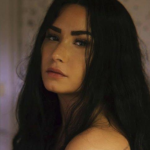 """Demi dévoile un nouveau titre """"Sober"""".  Dans cette chanson, Demi explique qu'elle n'est plus sobre, qu'elle a replongé et qu'elle est désolée. Il y a beaucoup d'émotions dans cette chanson."""