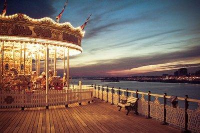"""Titre : """"La vie c'est une pute.""""  Image : Carousel de Brighton   Musique :  Need you now   ~  Célyna & Tristan"""