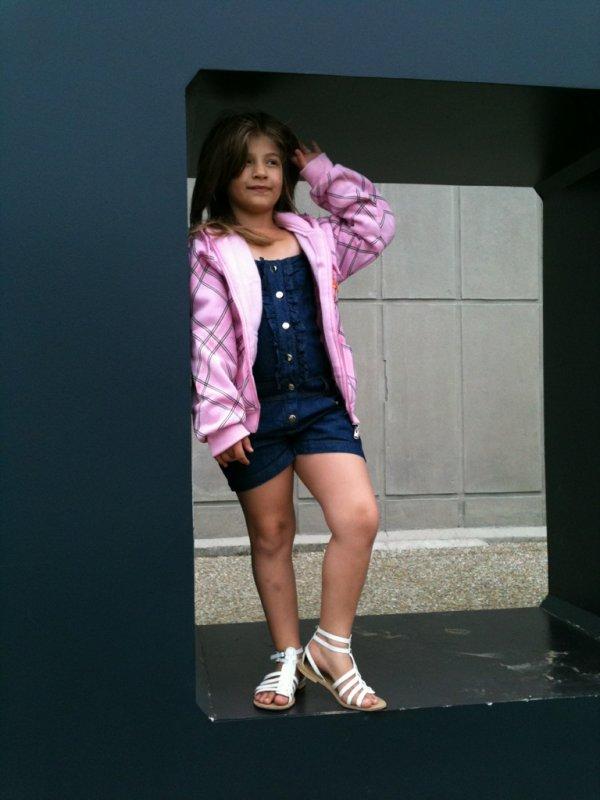 Alicia, petite soeur.