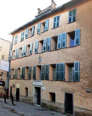 Napoléon naît dans cette demeure le 15 août 1769 ...