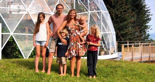Cette famille vit dans le cercle arctique depuis 2013 !