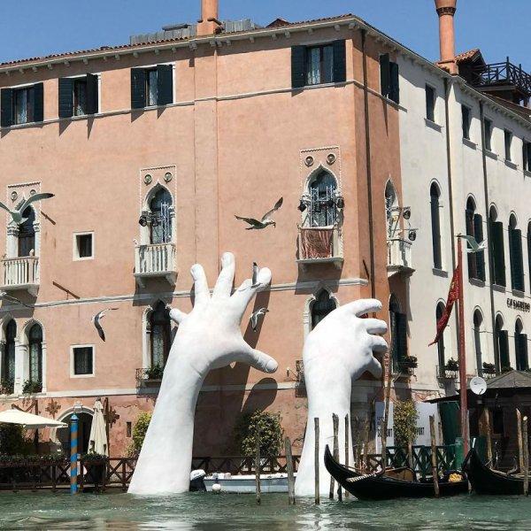 Des mains  soutiennent un hôtel à Venise !