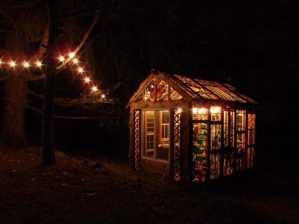 une cabane tout en vitraux dans les bois !