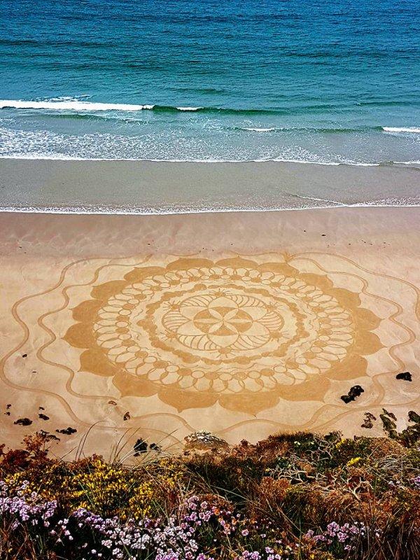 Mandalas sur les plages bretonnes : par Emilie Vincent