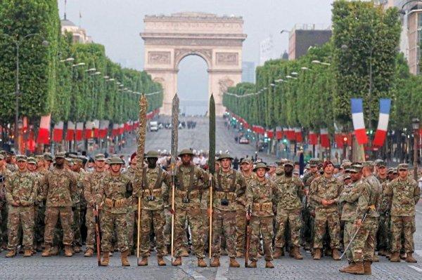 un défilé aux couleurs américaines sur les Champs-Elysées