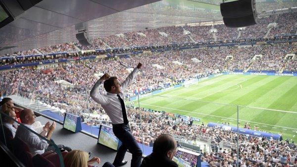 un homme  fan de foot