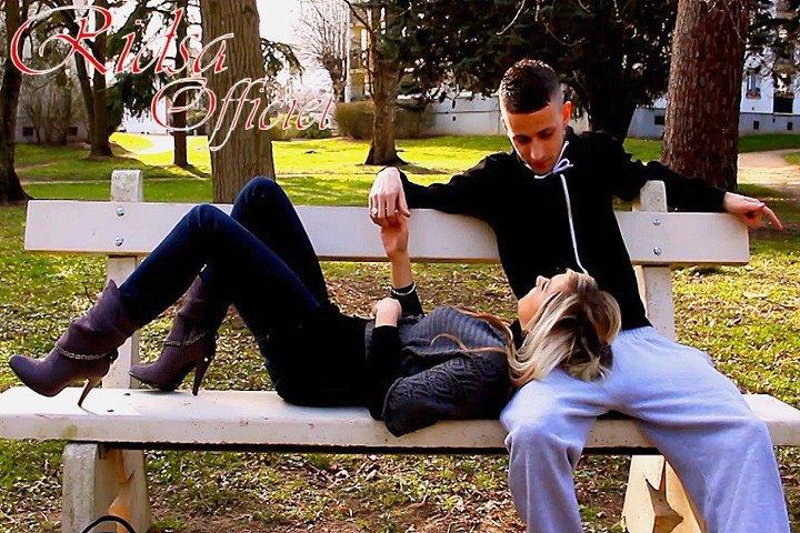 - Si votre relation est aussi compliquée, pourquoi ne pas laisser tomber ? C'est peu vraisemblable que ça fonctionne un jour.  - Quand on aime quelqu'un, se battre vaut le coup, peu importe les probabilités.  [PRETTY LITTLE LIARS]