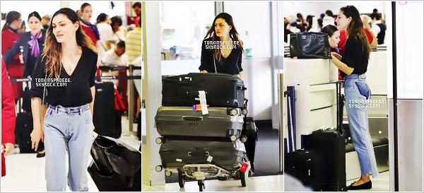16/01/2017 : La magnifique Phoebe Tonkin à étais aperçus à l'aéroport de Sydney qui se trouve en Australie. C'est toute naturelle que nous retrouvons notre belle, tenue simple j'aime bien très bien pour l'avion mise à part c'est ballerine horrible.