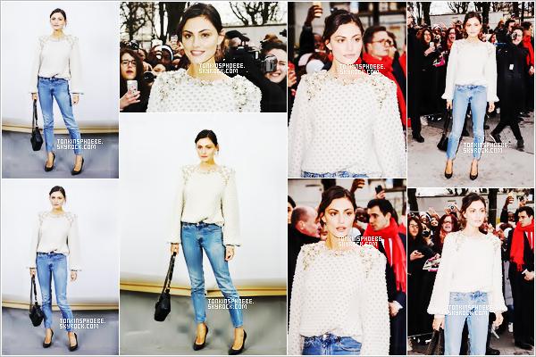 """07/02/2017 : La belle brune étais au fashion show """"Automne/Hivers"""" de Chanel qui était organisé à Paris. Alors là je dit oui ! C'est un énorme top pour la belle je suis fan autant de sa tenue que de son maquillage, tout lui va parfaitement, gros top."""