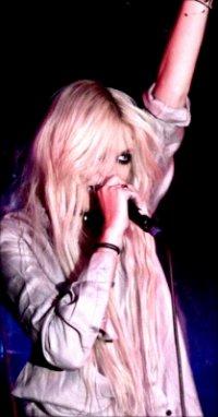 17.12.10 || The Pretty Reckless à Kölner Luxor, Cologne en Allemagne  Découvrez les prestations de Tay et des Pretty Reckless !