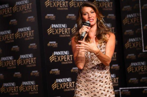 Gisele Bündchen participa de evento de beleza em São Paulo