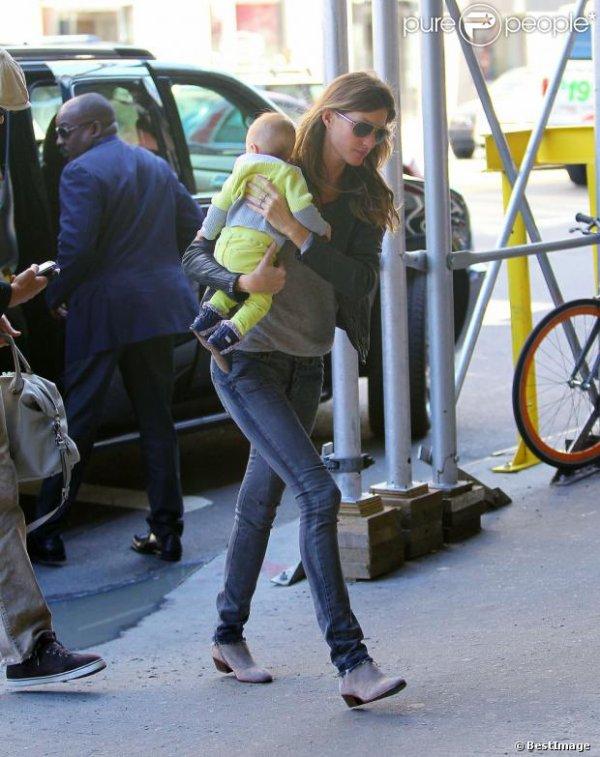 Gisele Bündchen et son mari Tom Brady rentrent chez eux avec leur fille Vivian Lake Brady à New York, le 14 avril 2013.