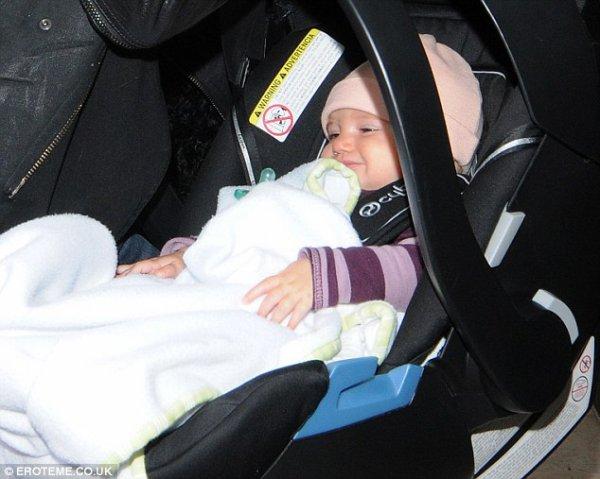 cela paraît facile: Gisele Bundchen parvient à être chic et confortable car elle transporteson joli bébé vivian  aux yeux bleus