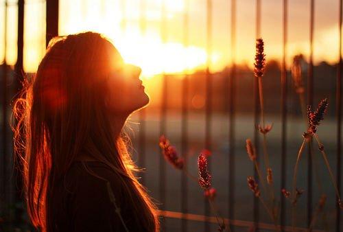 → '' Ne regarde jamais derrière ton passé. Regarde les pas du présent et levé la tête pour l'avenir.