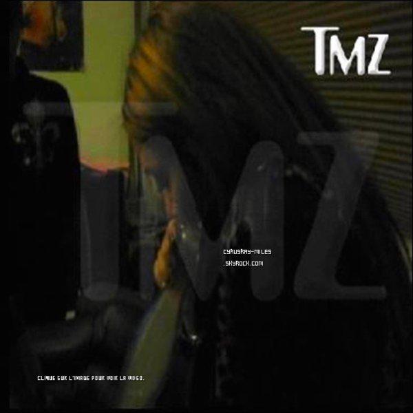 * Avec cette vidéo c'est clair que Mil laisse son image de petite fille derrière elle ! * * TMZ dévoile une vidéo montrant Miley et des amis fumant de la « Salvia », de l'herbe légale à Los Angeles. Anna Olivier, amie de la Cyrus aurait vendu la vidéo a TMZ. Sympa les amis! Comme quoi Miley, faut faire gaffe à ses fréquentations... Billy Ray Cyrus déclare sur Twitter « Désolé, je n'avais aucune idée de ça, je viens de voir cette vidéo. Je suis tellement triste. Il y a beaucoup de choses qui échappent à mon contrôle maintenant. » * Personnellement, que Miley fume de la « Salvia » ne me choque pas car c'est légal en Californie, et puis elle est majeure, donc responsable de ces actes.*