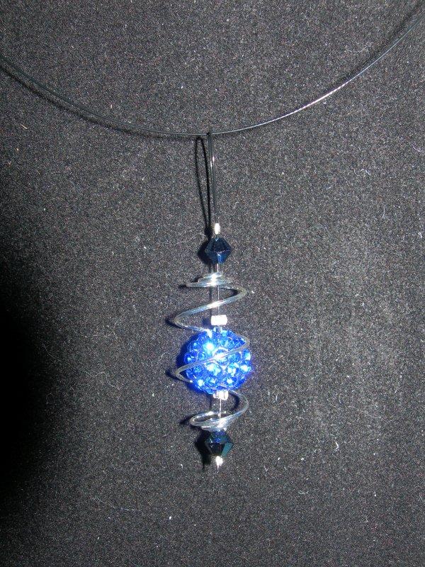 collier spirale perle shamballa bleu et toupies bleus swarovski : plusieurs couleurs disponibles : 10 euros
