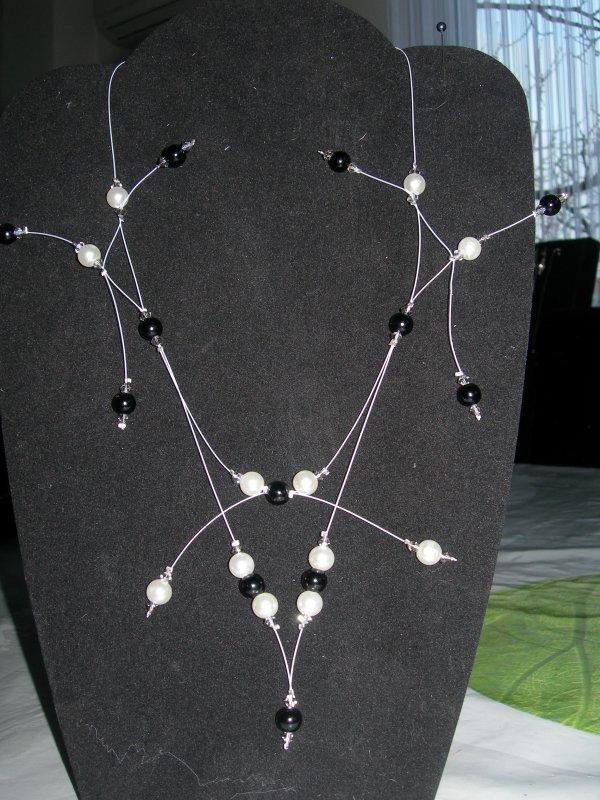 collier  pour mariage ou soirée : perles nacrées noires et blanches et toupies swarovski black diamond satin