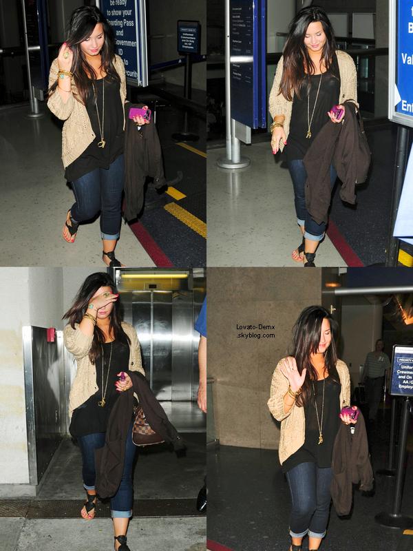 .  Le 8 mai, Demi arrivait à l'Aéroport LAX à Los Angeles, CA. Elle a une tenue vraiment jolie.+ Nouvelles photos Twitter   .