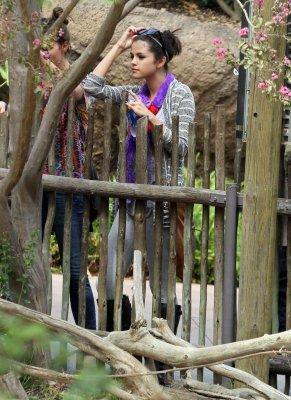 24/09/11 - SELENA AU ZOO AVEC SA FAMILLE, LOS ANGELES