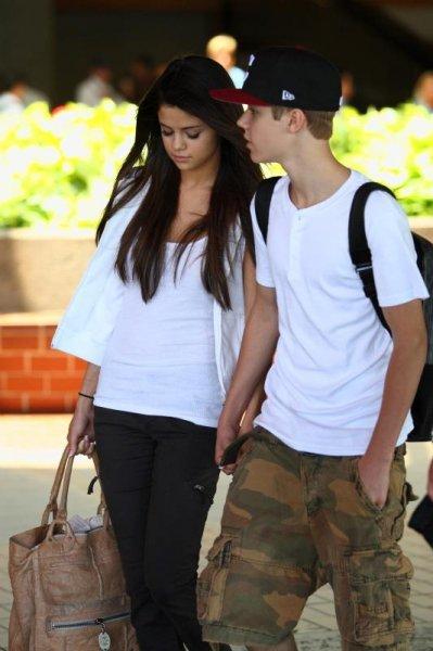Justin Bieber et Selena Gomez, une histoire d'amour Justin Bieber et Selena Gomez sont les stars préférées des adolescents. Star de la chanson pour lui, pouliche de l'écurie Disney pour elle, la vie semble sourire à ses deux amoureux. Leur histoire d'amour entre Justin Bieber et Selena Gomez était presque une évidence tant les deux tourtereaux se complètent dans leur univers médiatique et dans leur sensibilité artistique. Découvrez les photos qui retracent l'histoire du couple le plus populaire après Angelina Jolie et Brad Pitt.