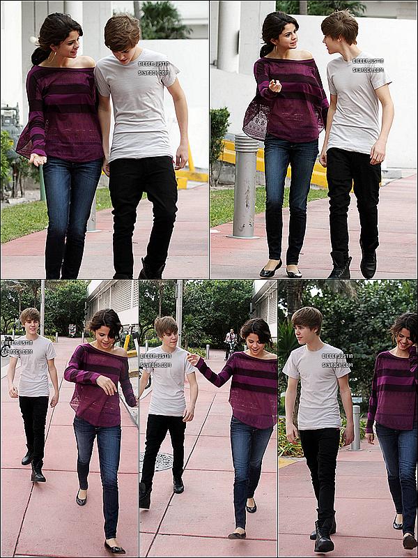 Le 22 décembre 2011 Justin se promenant avec Selena Gomez dans les rues de Miami puis rejoignant leurs hôtels