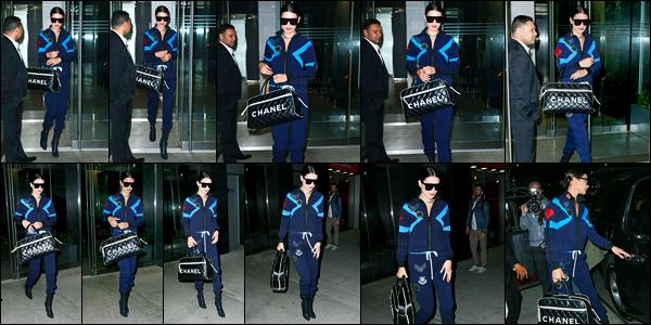 10.04.2017 ─ Bella Hadid a été photographiée, pendant, qu'elle quittait son appartement, étant, dans Manhattan.Bella H. sort de son trou, dans la soirée, elle a quittée son appartement. Concernant sa tenue, c'est mitigé, ce n'est pas un flop mais un top non plus.