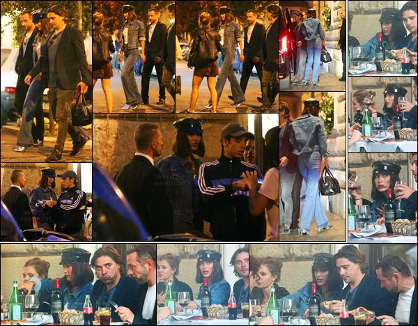 22.05.2017 ─ Bella Hadid a été photographiée pendant qu'elle arrivait à un restaurant, étant dans Rome, en Italie.La belle brune a donc quittée la France pour l'Italie. Bella Hadid était accompagnée de ses amis lors du restaurant. Concernant sa tenue, c'est un top !