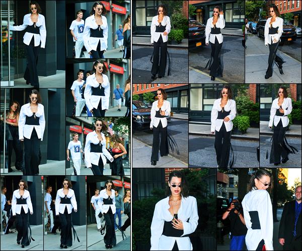 12.06.2017 ─ Bella Hadid a été photographiée, alors, qu'elle quittait son appartement, étant dans Manhattan, NY.La belle mannequin Bella Hadid a ensuite été photographiée alors qu'elle était dans les rues de New-York City. Concernant sa tenue, c'est un beau top.