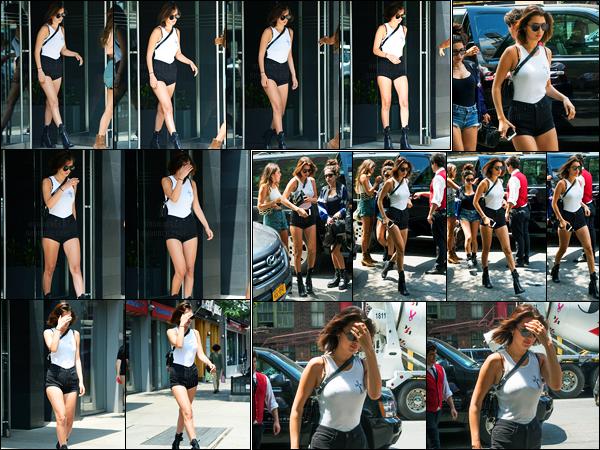 13.06.2017 ─ Bella Hadid a été photographiée, alors, qu'elle quittait son appartement, étant dans Manhattan, NY.La belle mannequin Bella Hadid a ensuite été photographiée alors qu'elle était dans les rues de New-York City... Concernant sa tenue, c'est un beau top.