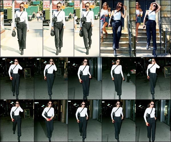 13.06.2017 ─ Bella Hadid a été photographiée, alors, qu'elle arrivait à l'appartement, de Gigi Hadid, à Manhattan.La belle mannequin Bella Hadid a ensuite été photographiée alors qu'elle était dans les rues de New-York City... Concernant sa tenue, c'est un beau top.