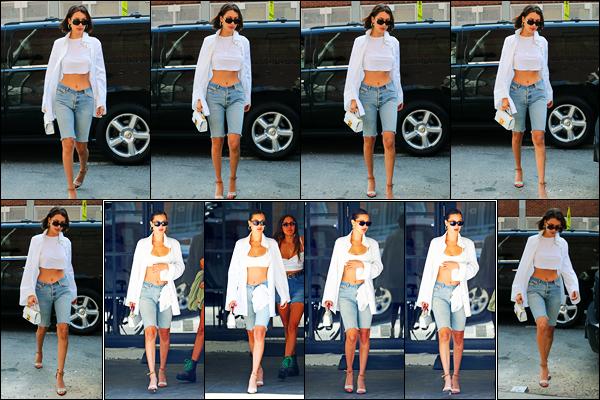 20.07.2017 ─ Bella Hadid a été photographiée, alors, qu'elle quittait l'appartement de Gigi Hadid dans New-York.La belle mannequin a ensuite été photographiée alors qu'elle allait déjeuner toujours dans New-York... Concernant sa tenue, c'est un beau top pour moi !