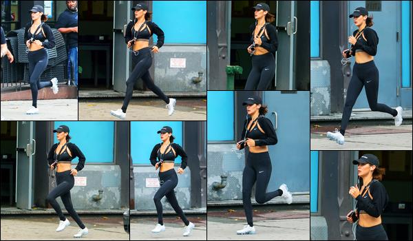 24.07.2017 ─ Bella Hadid a été photographiée alors qu'elle faisait son jogging dans les rues, dans New-York City.La belle mannequin Bella H. a donc fait son petit sport sous les flash des paparazzi. Nous avons peu de photos, mais on s'en contente. Sa tenue est top !