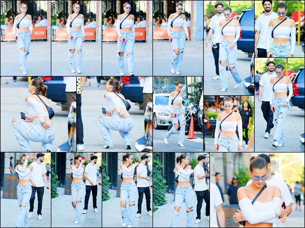04.08.2017 ─ Bella Hadid a été photographiée alors qu'elle se promenait étant dans les rues étant à New-York C.Bella H. continue de faire son petit train de vie en compagnie de ses amis dans les rues de New-York City... Concernant sa tenue, c'est un très beau top !