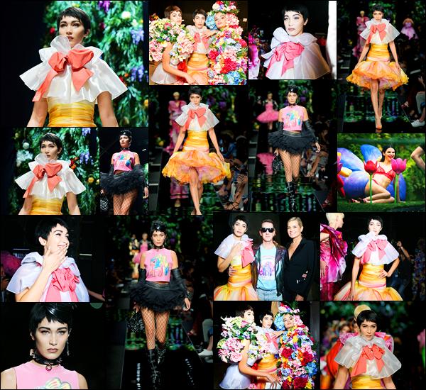 21.09.2017 ─ Bella Hadid a défilé pour la collection de la marque « Moschino », étant dans la ville de Milan, Italie.Alors là je ne sais pas quoi dire, il faut dire que les tenues sont très colorés et à mon goût, vraiment immondes.. Elle a portée deux tenues, et j'aime pas.