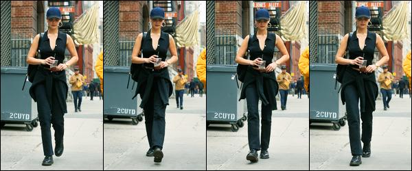 06.11.2017 ─ Bella Hadid a été photographiée, alors, qu'elle quittait un café, étant, dans les rues, dans New-York.La belle est donc enfin de retour aux Etats-Unis, et elle a été aperçue dans NY le jour de l'anniversaire de son papa Mohamed Hadid. Sa  tenue est un top.