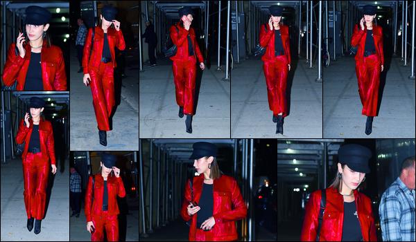 09.11.2017 ─ Bella Hadid a été photographiée, alors, qu'elle se promenait, dans les rues, de la ville de New-York.Nous avons malheureusement très peu de photo de la belle mannequin B. mais pour le peu de news on s'en contente ! Sa tenue est un top de ma part !