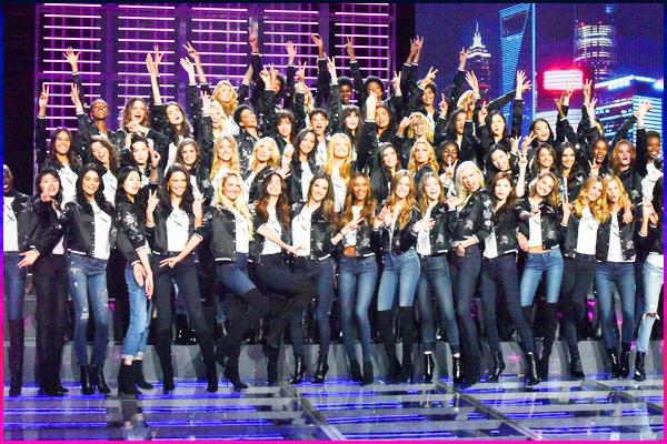 18.11.2017 ─ Bella Hadid était présente au photocall de « Victoria's Secret », avec les autres anges, dans Shangai.C'est pour le défilé qui va se produire dans 2 jours et aux côté des autres anges du défilé qu'elle a participer au célèbre photocall comme chaque année !