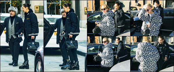 13.12.2017 ─ Bella Hadid a été aperçue, alors, qu'elle se promenait avec Hailey Baldwin dans les rues à New-York.La belle mannequin qui enchaîne les sorties en ce moment, étant accompagnée de son amie Hailey B., peu de photos. Concernant sa tenue, c'est un flop.