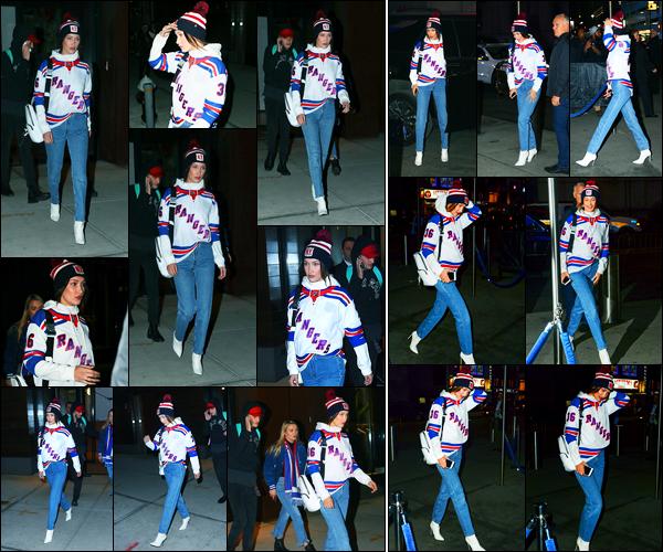 19.12.2017 ─ Bella Hadid a été photographiée, alors, qu'elle quittait l'appartement de Gigi Hadid dans New-York.Plus tard, la belle mannequin Bella H. a été photographiée arrivant au match de basket « Rangers VS Ducks » avec sa soeur. Sa tenue est un beau top !