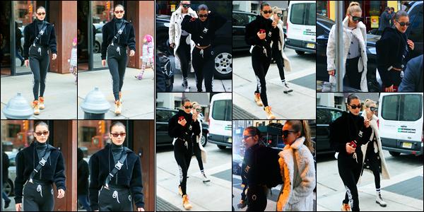 20.12.2017 ─ Bella Hadid a été photographiée, alors, qu'elle quittait l'appartement de Gigi Hadid dans New-York.Plus tard, la belle mannequin Bella Hadid a été photographiée, alors, qu'elle se promenait dans les rues de New-York avec sa soeurette Gigi ! Un beau top