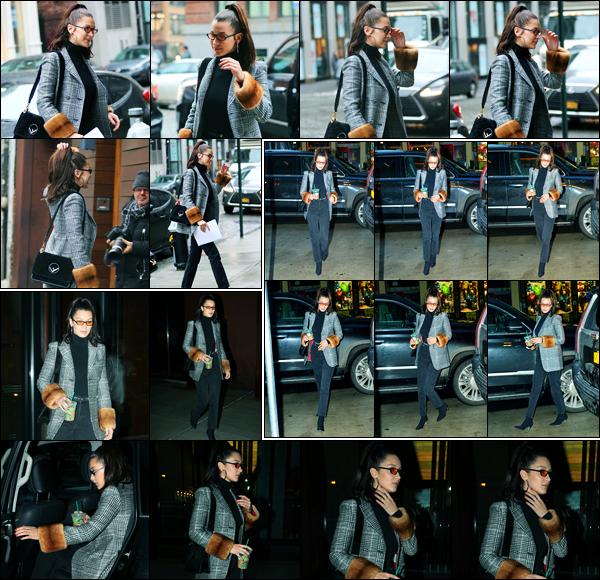 12.01.2018 ─ Bella Hadid a été photographiée alors qu'elle arrivait à  l'appartement de Gigi Hadid dans New-York.Plus tard, la belle mannequin a été photographiée quittant celui-ci puis dans les rues de New-York City avec un Starbucks à la main. Sa tenue c'est un top