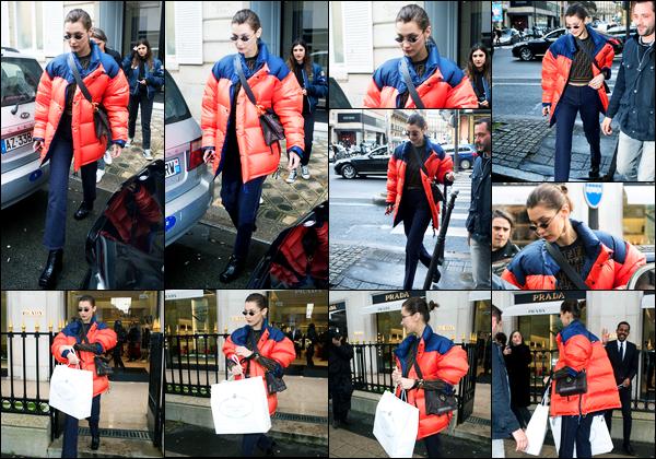19.01.2018 ─ Bella Hadid a été photographiée, alors, qu'elle quittait le magasin « Dior », étant, dans Paris, France.C'est en compagnie de deux amis que la belle a profiter de son temps libre pour faire un peu de shopping ! Concernant sa tenue, c'est un flop pour moi !